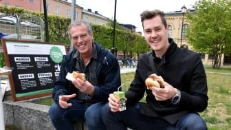 Alain Grenard, kostchef gymnasie- och vuxenutbildningsförvaltningen, testar en klimatsmart burgare tillsammans med Felix Strandvik från samarbetspartnern Ahlström Factory.