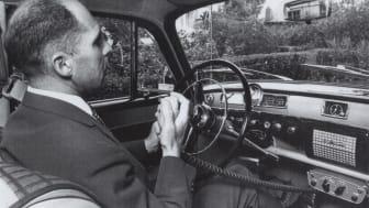 Telegrafverkets overingeniør John Ragnar Veastad - også kalt mobiltelefonens far i Norge - tester den såkalte OLT-dekningen i Oslo i 1966.