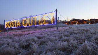 Vi låter julen flytta in på Kosta Outlet där vi erbjuder en julupplevelse utöver det vanliga.