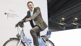 Steven Armstrong, chef för Ford i Europa, Mellanöstern och Afrika, på Fords nya cykelpoolscykel.