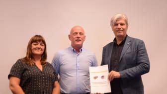 Klima- og miljøminister Ola Elvestuen (t.h) fikk overrakt rapporten om betong- og trebygg av Anne Rønning, Østfoldforskning og John-Erik Reiersen, Betongelementforeningen.