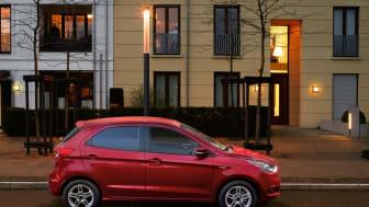 Meglepetés! A Ford a kicsomagoló videók szupersztárjával közösen mutatja be a vadonatúj KA+ kisautót