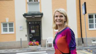 Verksamhetschef Helén Norström framför ingången till Logopedhuset.