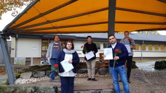Die erfolgreichen Absolventinnen und Absolventen der Altenpflegeausbildung: Varvara Vlachou (vorne von links), Hasan Alsaeid, Jürgen Beckmann (hinten von links), Bianca Melchior und Marvin Aßmann.