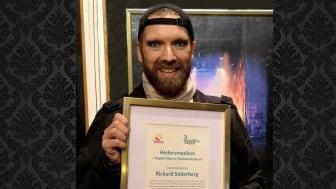 Rickard Söderberg tar emot diplom från Region Skånes Likarättsakademi