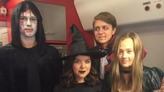 Halloweenfirare på väg med X2000 till Liseberg