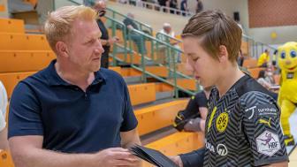 Andreas Bath von der SIGNAL IDUNA Gruppe überreichte jeder BVB-Spielerin (hier Mannschaftskapitänin Alijna Grijseels) zum Start des Sponsorings ein Präsent. Foto: BVB