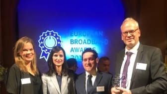 Kristina Lundberg, näringslivsutvecklare Sunne kommun och Erik Larsson, bredbandskoordinator på Region Värmland, tog emot utmärkelsen European Broadband Awards tillsammans med Jörgen Secher, Telias projektledare för Hjärta Sunne, i Bryssel igår kväll
