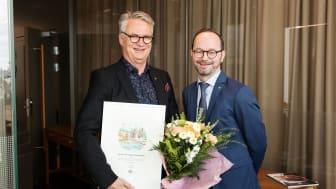Trivectors vd Christer Ljungberg fick ta emot SJs pris för miljösmart resande från infrastrukturminister Tomas Eneroth.