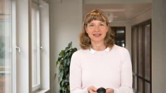 Bildtext: Swedacs bedömningsledare Sophie Svensson med en radonmätare som används för mätning av radon i inomhusluft.