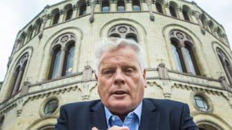 Forbundsleder Jan Davidsen i Pensjonistforbundet får støtte fra SP, SV og Rødt, som alle ønsker å fjerne samordningsfellen. Men hva gjør Frp og AP? Det får vi svar på når Stortinget behandler saken 17.11.