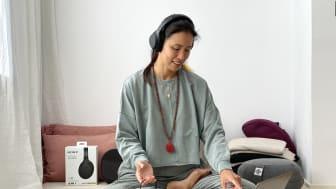 Xuan Lan usando los nuevos WH-1000XM4 para una clase de mindfulness
