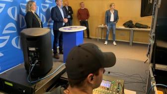 Bakom kulisserna. Malin Bengtsson (byggchef), Urban Olsson (samhällsbyggnadschef), Björn Jonsson (mark- och exploateringschef), Jörgen Ehn (vd på Frenbo) och Tora Gustafsson, (plan- och trafikchef) koncentrerar sig på kameran och sändningen.