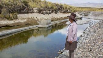 Marleny Surco ser ner på det förgiftade vattnet