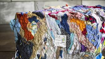Sorterad textil redo att levereras till återvinnare. Foto: Andreas Offesson.