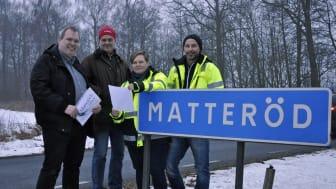 Fr v: Pelle Svensson och Henrik Nilsson från Matteröds fiber, Pernilla Rydmark, fibersamordnare, och Håkan Nilsson, tekniker, från Hässleholms kommun.