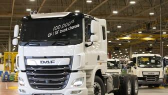 """Leyland Trucks 100 000:e DAF CF-/XF-lastbil är ett CF 530 """"FAT""""-chassi i 6x4-modell med dragbalk"""