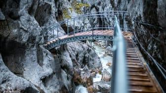 Nach rd. vier Wochen Bauzeit sind die neue Bogenbrücke und die Stege jetzt fertiggestellt (Copyright: STRABAG AG, Fotograf: Johannes Zettel)