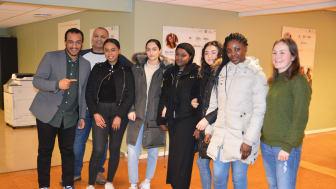 Byråd Omar Gamal og BU-leder Rashid Nawaz  (t.v.) møtte Betty Eshete, Kaynat Khan, Faduma Khayre, Yasmina Hammani og Fatou Dibba på jobbsenteret. TIl høyre prosjektleder Iselin Glover.