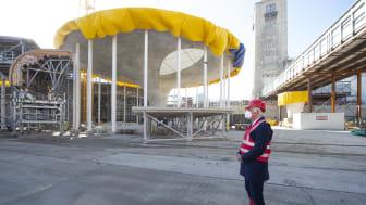 Architekt Christoph Ingenhoven vor einer Kelchstütze (Copyright: Reiner Pfisterer)