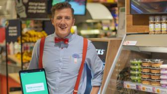 Magnus Wassén säkrar sin ICA-butik med Securitas senaste produkt SafeCount som meddelar besökarna hur många som befinner sig i butiken innan de går in.