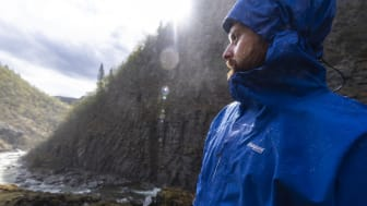 Vanntett er et relativt begrep. I denne artikkelen får du vite hvordan vi måler vanntettheten på turklær og hvordan det skaleres. Foto: Bergans / Hans Kristian Krogh Hanssen