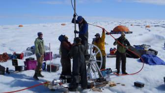 Borrning på den grönländska isen.