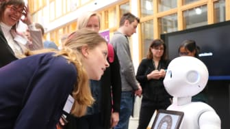 En sociala robot roar sin omgivning. Foto: Mikael Hansson
