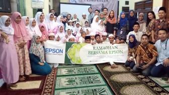 Manajemen dan Karyawan Epson Indonesia Berfoto Bersama dalam kegiatan Buka Puasa bersama Anak Yatim disalah satu panti asuhan di Jakarta Selatan