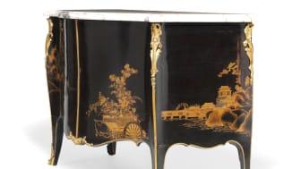 John Cobb, attributed: A George III bombe commode. c. 1765-70. Estimate: DKK 1.5 mill. / € 200,000