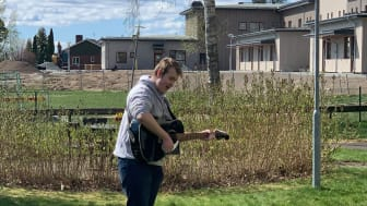 Timmie Spångberg spelar utanför ett äldreboende i Värmland