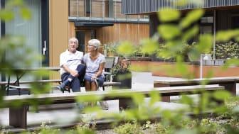 Lennart och Betty på gården till Brf Boulevarden.