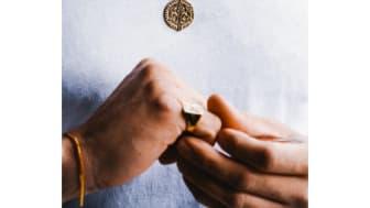 Looket, alle dyrker for tiden: Guldtonede halskæder