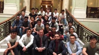 Stefan - hur många av de här ungdomarna vill du slänga ut? Vågar du träffa dem igen? Här sitter ni på Riksdagshuset.