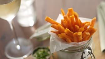 Sweet potato fries passar utmärkt till hamburgaren
