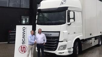 Mattias Nilsson, VD Nordic Truckcenter AB, på plats hos Scanvo i Varberg med deras VD Allan Andersen.