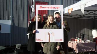 Sh bygg blir först i landet – menssäkrar byggbranschen. På bilden: Sara Mentzer, Arnold Bergman och Lars Svensson från Sh bygg, samt Terese Lann-Welin från #menssäkrad. Foto: Lina Börjesson.