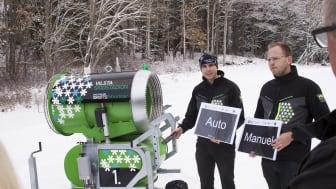 Arvid Rinaldo och Martin Nyrén, Tunafors SK, visar nya snökanonen på Vilsta skidstadion i Eskilstuna