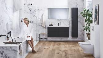 Huonemainen sisustustyyli luo kylpyhuoneeseen kevyen ja kodikkaan ilmeen.