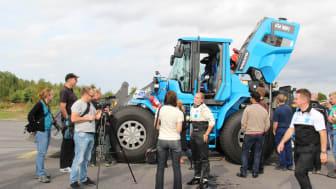 Se Volvos hjullastare slå världsrekord med 120 km/tim på Eskilstuna Flygplats