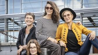 Operan är skriven avJohanna Fridolfsson(till vänster) ochMalin Aghed (till höger) för regi står Emelie Sigelius (nederst i bild). Författare till boken Sandvargen är Åsa Lind (i mitten).