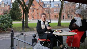 Att förlänga säsongen är bra, tycker Beatrice Holmberg, som har hållit kontakten med väninnorna under pandemin och gärna ser att möjligheten till utefika finns. Till höger i bild: näringslivsstrateg Helena Nyman Friberg.