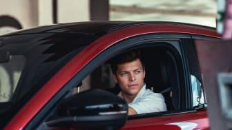 Skuespiller Alex Høgh Andersen i den elektriske Ford Mustang Mach-E.