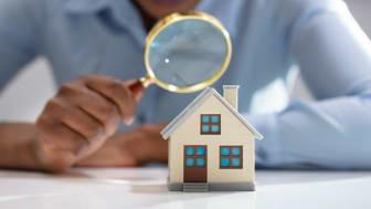 Bostadspriserna backar i april - upp på årsbasis