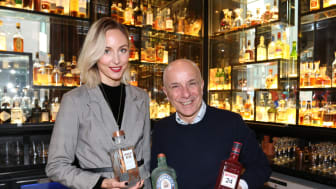Rebell og bartender Alessandro Palazzi (60) sammen med porteføljeansvarlig i Pernod Ricard, Tina Stangnes
