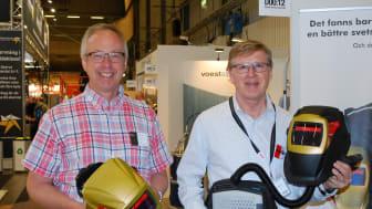 I över 30 år har Åke Hörnell (t h) utvecklat svetshjälmar. På Elmia visar han tillsammans med Jan-Erik Eriksson, vd för Aketek, (t v) upp sin senaste skapelse, Aketek Pro-X.