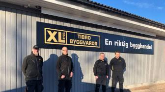 Till vänster i bild syns Johan Martinsson och Janne Windeståhl, tidigare delägare Tibro Byggvaror, till höger i bild syns Tomas Färén och Jonas Karlsson, nya delägare Tibro Byggvaror.