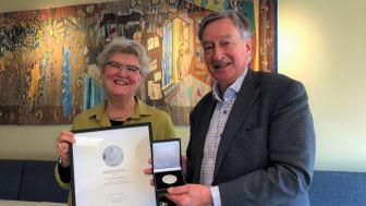 Riksbibliotekarie Gunilla Herdenberg överlämnar Klemmingmedaljen till Erik Fichtelius. Foto: KB/Eric Eskilsson
