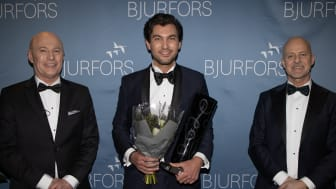 Årets mäklare på Bjurfors 2020 – Daniel Adelsson (mitten). Här vid årets prisceremoni med Sven-Erik Kristensen, vd, Bjurfors Göteborg (till vänster) och Mats Ljung, ägare (till höger).