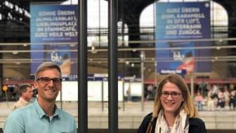 Sebastian Ehrke und Christin Kolbe aus der amedes-Personalabteilung unterwegs mit der Deutschen Bahn